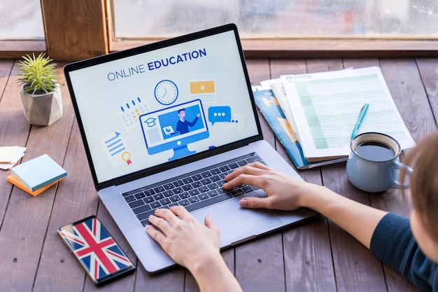 Zakończenie Dziewczyny Studiowanie Na Jej Laptopie Darmowe Zdjęcia