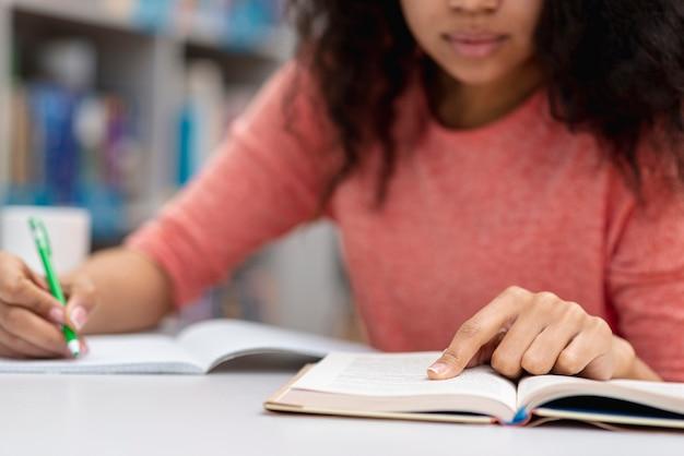 Zakończenie Dziewczyny Studiowanie Przy Biblioteką Darmowe Zdjęcia