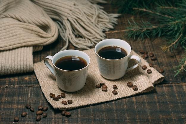 Zakończenie filiżanki kawy na stole Darmowe Zdjęcia