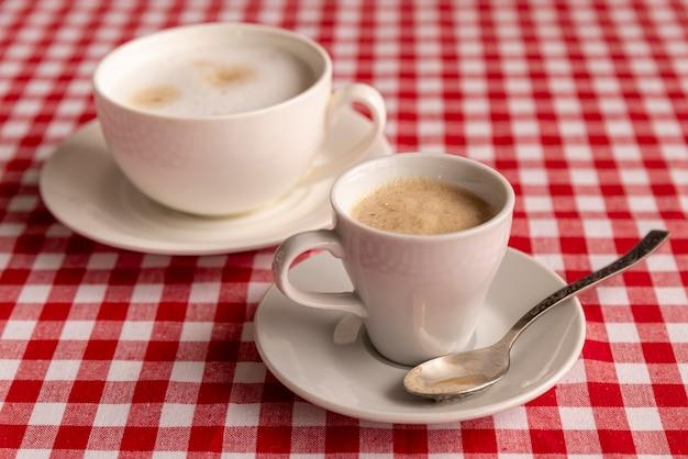 Zakończenie Filiżanki Kawy Z W Kratkę Tłem Darmowe Zdjęcia