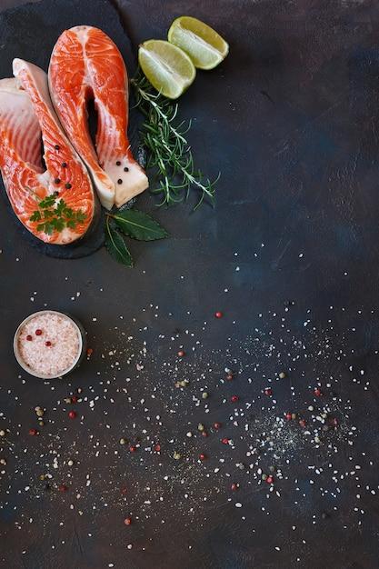 Zakończenie Fotografia świeża łosoś Ryba Z Morze Solą I Wapno Plasterkami Na Czerń Stole Premium Zdjęcia