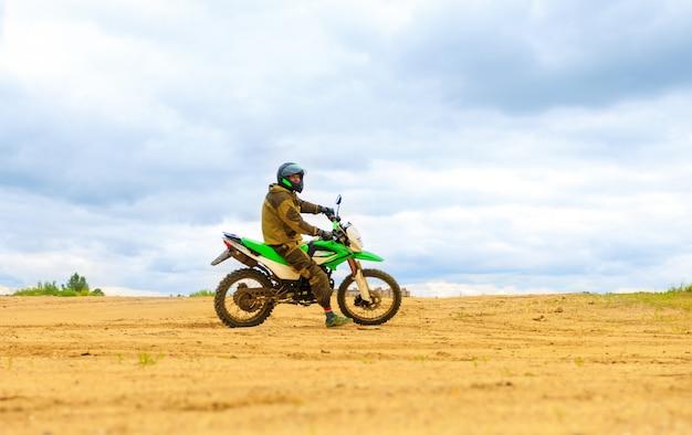 Zakończenie Halna Motocross Rasa W Drodze Polnej W Dnia Czasie. Premium Zdjęcia