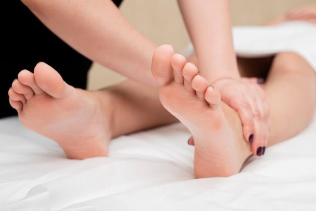 Zakończenie Kobieta Dostaje Noga Masaż Darmowe Zdjęcia