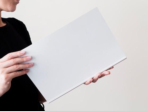 Zakończenie kobieta trzyma próbnego magazyn Darmowe Zdjęcia