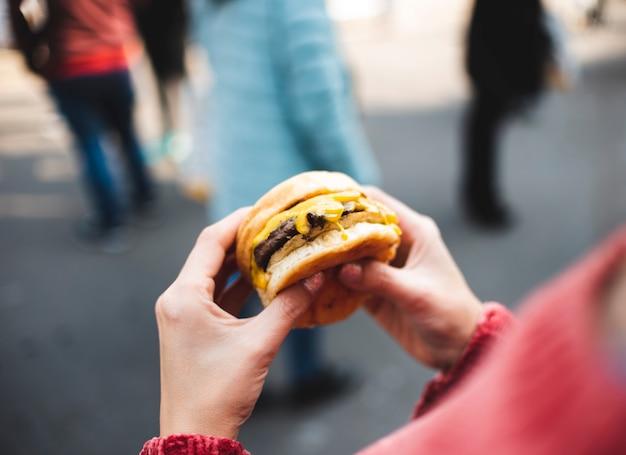 Zakończenie kobieta trzyma smakowitego hamburger Darmowe Zdjęcia