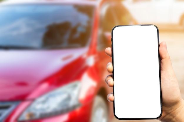 Zakończenie kobieta używa smartphone i samochód na przedpolu Premium Zdjęcia