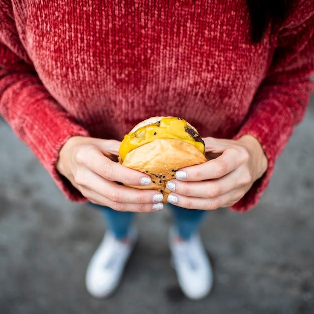 Zakończenie kobieta z cheeseburger wysokim kątem Darmowe Zdjęcia