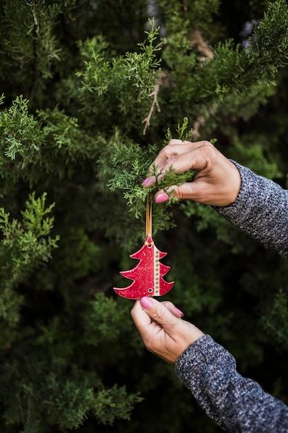Zakończenie kobieta z drzewnym kształtnym boże narodzenie ornamentem Darmowe Zdjęcia