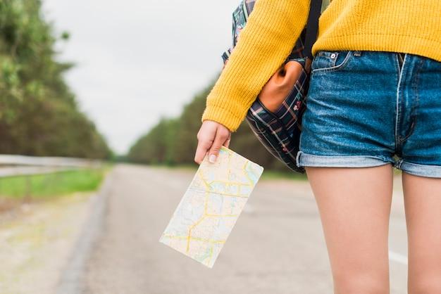 Zakończenie kobiety mienia mapa Darmowe Zdjęcia