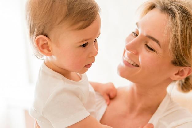 Zakończenie Kobiety Mienia Ono Uśmiecha Się I Dziecko Darmowe Zdjęcia