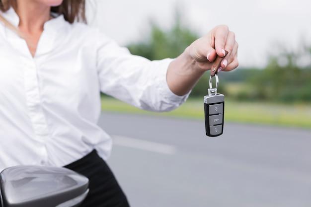 Zakończenie Kobiety Mienia Samochodu Klucze Darmowe Zdjęcia