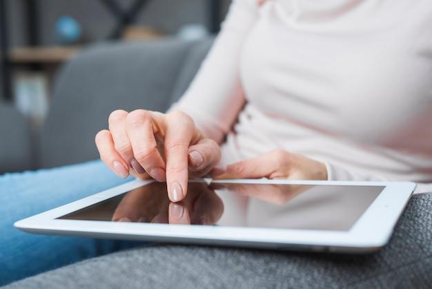 Zakończenie kobiety ręka dotyka nowożytnego cyfrowego ekran z palcem Darmowe Zdjęcia