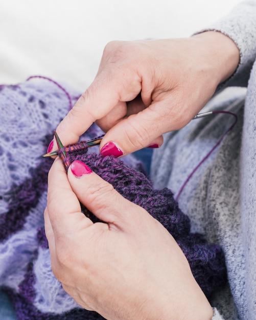 Zakończenie Kobiety Ręki Dziewiarska Purpurowa Wełna Darmowe Zdjęcia