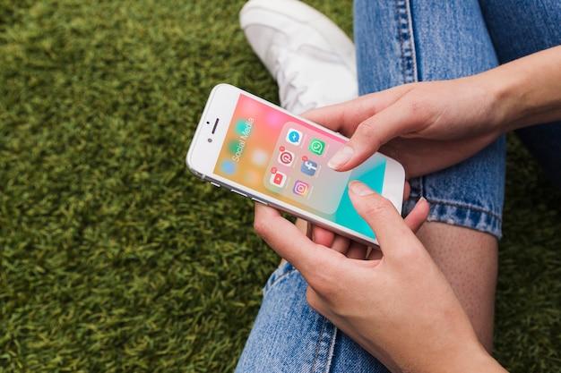 Zakończenie kobiety ręki mienia wisząca ozdoba z ogólnospołeczną medialną aplikacją na ekranie Darmowe Zdjęcia