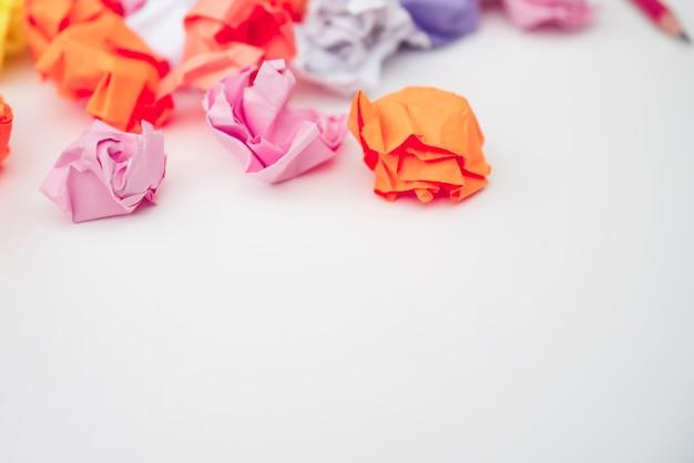 Zakończenie Kolorowy Zmięty Papier Na Białym Biurku Darmowe Zdjęcia