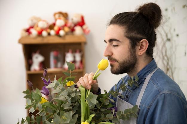 Zakończenie Kwiaciarnia Mężczyzna Wącha Tulipanowego Kwiatu W Bukiecie Darmowe Zdjęcia