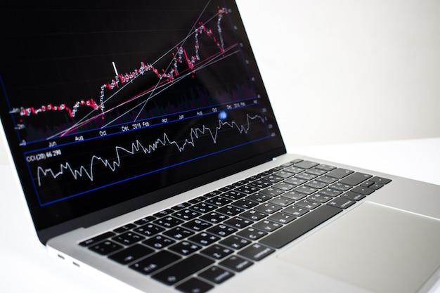 Zakończenie, laptopu wizerunek pokazuje pieniężnego wykres na ekranie Premium Zdjęcia