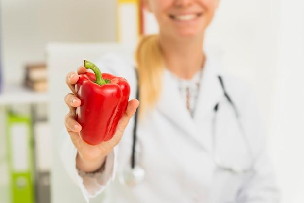 Zakończenie lekarka z czerwoną dzwonkową papryką Darmowe Zdjęcia