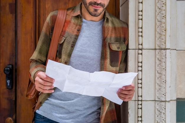 Zakończenie mężczyzna czytania mapa dla orientaci Darmowe Zdjęcia
