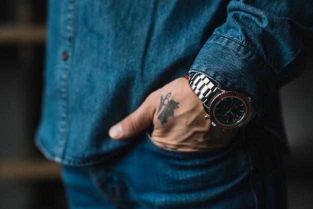 Zakończenie mężczyzna ręka w kieszeni Darmowe Zdjęcia