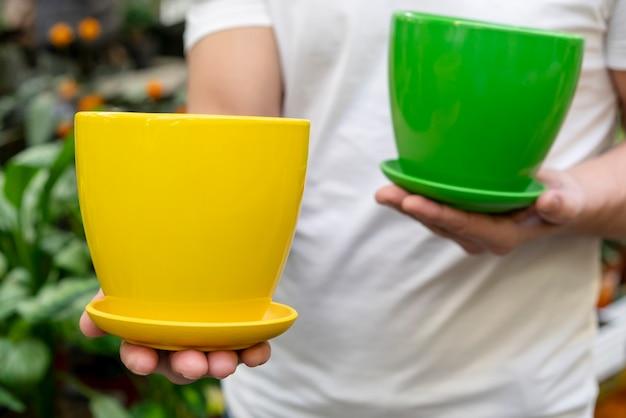 Zakończenie Mężczyzna Trzyma Kolorowych Flowerpots Darmowe Zdjęcia
