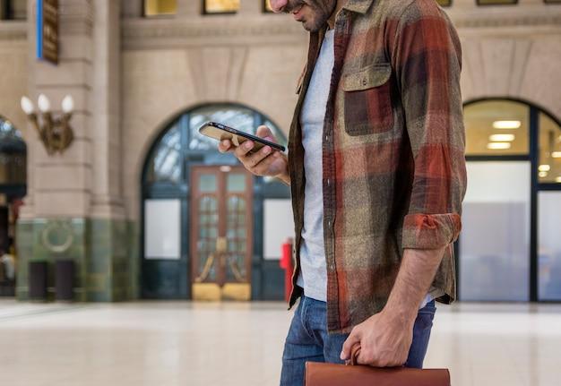 Zakończenie Mężczyzna Używa Smartphone Darmowe Zdjęcia