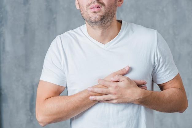 Zakończenie Mężczyzna W Białej Koszulce Ma Serce Ból Darmowe Zdjęcia