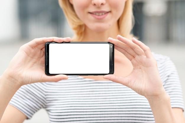Zakończenie młoda kobieta trzyma telefon Darmowe Zdjęcia