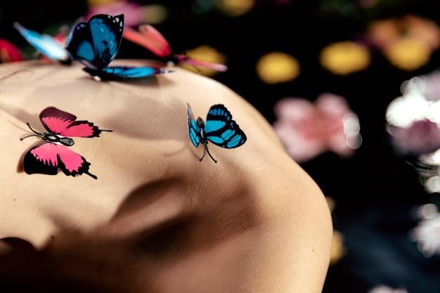 Zakończenie Młoda Kobieta Z Motylami Na Wierzchołku Darmowe Zdjęcia