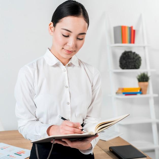 Zakończenie Młody Bizneswoman Pisze W Dzienniczku Z Piórem Darmowe Zdjęcia
