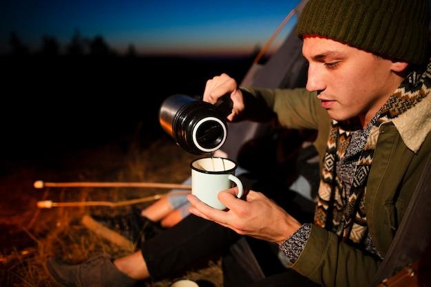Zakończenie młody człowiek nalewa gorącego napój Darmowe Zdjęcia