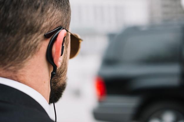Zakończenie Ochroniarz Sprawdza Na Samochodzie Darmowe Zdjęcia