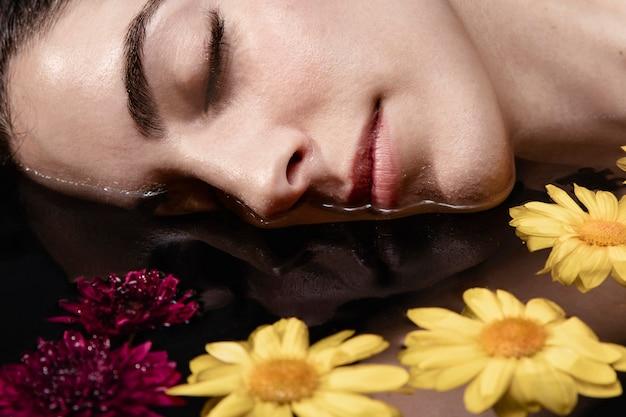 Zakończenie Pięknej Młodej Kobiety Relaksować Darmowe Zdjęcia