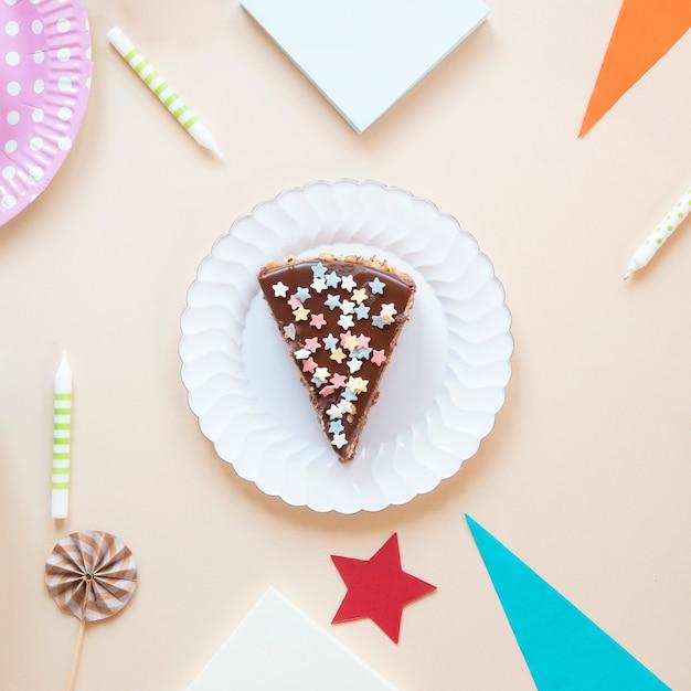 Zakończenie pokrojony tort na bielu talerzu Darmowe Zdjęcia