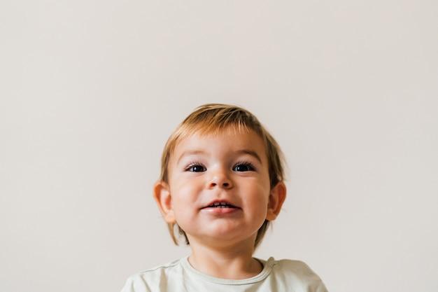 Zakończenie Portret Blond Europejski Małej Dziewczynki Ono Uśmiecha Się Premium Zdjęcia