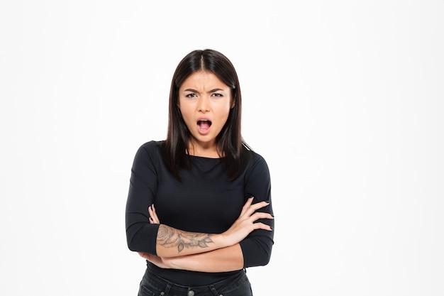 Zakończenie Portret Gniewna Azjatykcia Kobieta Krzyczy I Stoi Z Krzyżować Rękami Darmowe Zdjęcia