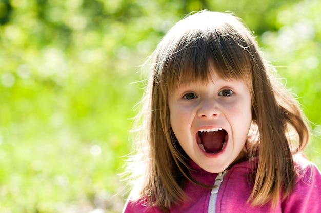 Zakończenie Portret Mała ładna Dziewczyna Z Krzyczącym Wyrazem Twarzy Premium Zdjęcia