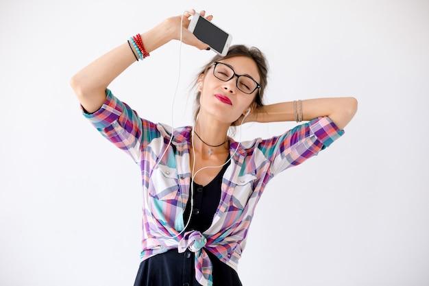 Zakończenie Portret Młoda Kobieta Słucha Muzykę Z Hełmofonami Darmowe Zdjęcia