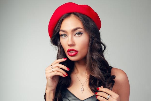 Zakończenie portret piękna młoda francuska kobieta z czerwoną pomadką Premium Zdjęcia