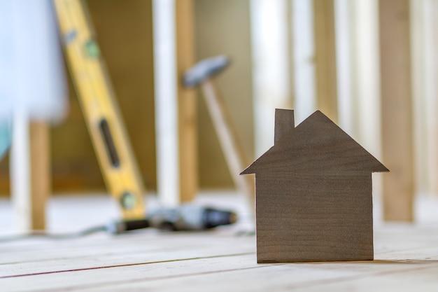 Zakończenie Prosty Mały Brązu Modela Dom Na Zamazanym Budynku Wytłacza Wzory Tło. Budowa, Budowa I Inwestycje W Nieruchomości, Własność I Własność Wymarzonego Domu. Premium Zdjęcia