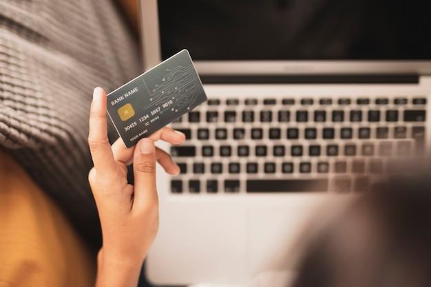 Zakończenie Ręka Trzyma Kartę Kredytową Darmowe Zdjęcia