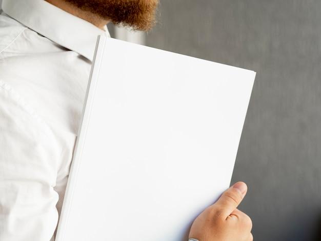 Zakończenie ręka trzyma stos papierowy egzamin próbny Darmowe Zdjęcia