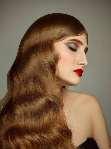 Zakończenie Salowy Portret Urocza Dziewczyna Z Kolorowymi Włosy. Pełen Wdzięku Młoda Kobieta Z Długą Fryzurą Darmowe Zdjęcia