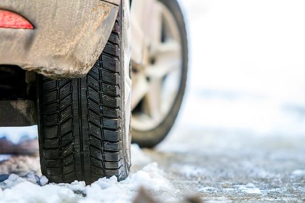 Zakończenie Samochodowy Toczy Wewnątrz Zimy Oponę Na śnieżnej Drodze Premium Zdjęcia