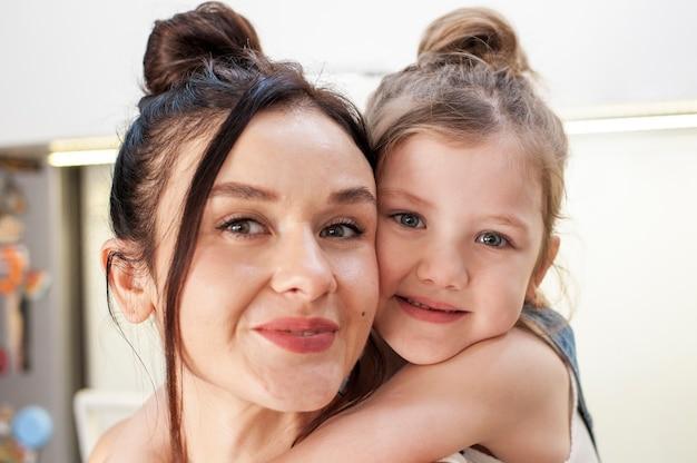 Zakończenie ślicznej Młodej Dziewczyny Przytulenia Matka Darmowe Zdjęcia