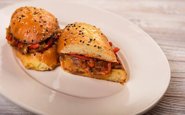 Zakończenie smakowita wołowiny kanapka na talerzu Darmowe Zdjęcia
