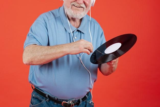 Zakończenie starszy mężczyzna z muzycznym rejestrem Darmowe Zdjęcia