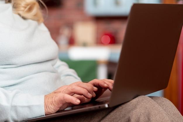 Zakończenie starszy używa laptop w domu Darmowe Zdjęcia