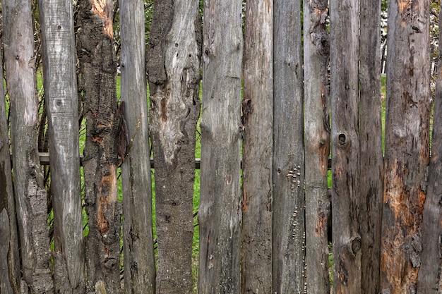 Zakończenie Stary Drewniany Ogrodzenie Z Birdhouse W Wiosce Letni Dzień Premium Zdjęcia
