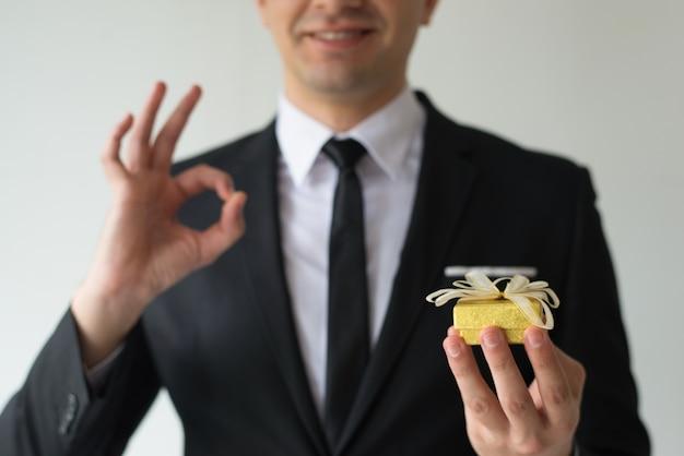 Zakończenie trzyma małego prezenta pudełko szczęśliwy biznesmen Darmowe Zdjęcia
